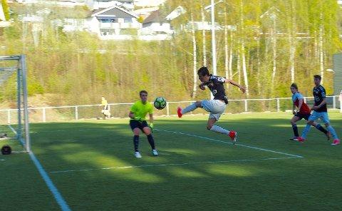 FOTBALL: -  Her spiller Sande Sportsklubb mot Strømsgodseti klassen over 20 år på kunstgressbanen ved Sandehallen. Nå frykter Sande Sportsklubb for å miste spillere etter koronastillstanden.
