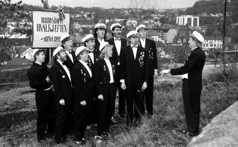 DEN GANG DA: Hvalkjæften i 1990, ett år etter oppstarten. F.v. Jan Arve Viken, Yngve Berntsen, Magne Svanevik, Ben Guren , Odd Pedersen, Morten Riis (bak) , Svein Greger, Bjørn Kristian Brekke, Håkon Anmarkrud, Tormod Bergem og dirigent PerTveit.