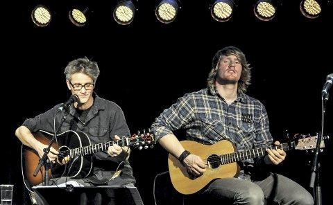 Akustisk strøm: To blad Strøm, Gunnar og Anders (til høyre) serverer Erik Bye-klassikere på lørdagskvelden. Foto: Bjørn Tore Brøske