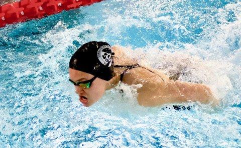 FRA UM TIL FJORDSVØM: I forrige uke sikret Sandefjord Svømmeklubbs Aleksandra Liverød seg bronse i UM. Lørdag er det derimot Fjordsvøm på hjemmebane som gjelder for den lokale ungjenta.