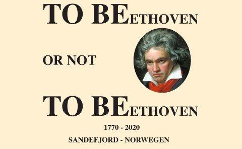 TO BEethoven: Ideen til den lokale logoen kom i 2016 da KI arrangerte Midtsommer-festkonserten «Romeo og Julie» i anledning 500-års markeringen av Shakespeares bortgang. – Vi hadde lenge syslet med tanken om en helårs festival i anledning 250-års jubileet for Beethoven. Ludwig van Beethoven sprengte alle grenser for musikalsk utfoldelse. Han utvidet alle komposisjonsformer, harmonikk, utvidet orkesteret med mange nye instrumenter og hans komposisjoner var medvirkende til at instrumenter utviklet seg, ikke minst klaveret som var hans eget instrument. Det ble rett og slett et være eller ikke være for musikalsk videreutvikling. Derfor: TO BEethoven - or not TO BEethoven, forklarer Dag Nilssen.