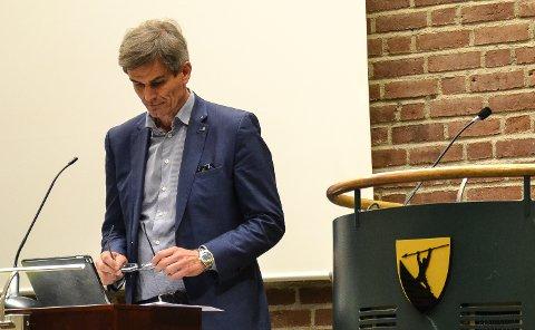 SAMME HOLDNING: Ordfører Bjørn Ole Gleditsch (H) gjentar ath han er positiv til å ta imot flyktninger, men lar det være opp til nasjonale myndigheter å bestemme antallet.