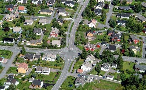 BELASTET: Krysset Lingelemveien/Ringveien er ett av de mest trafikkerte i Sandefjord. Samtidig med omgjøring til rundkjøring, kommer ny gang- og sykkelvei videre fra Frøyas vei og langs Dølebakken (nederst) til krysset.