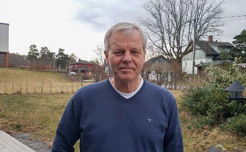 HJEMMEKONTOR: Fritid er det lite av om dagen for Svein Lie, fagdirektør i Helsedirektoratet. En liten luftetur på terrassen hjemme er alt han har tid til og kan under karantenetida. - Det er forståelig at folk har meninger om hvorvidt det er for mye, sier han om at Norge nå nærmest står stille.