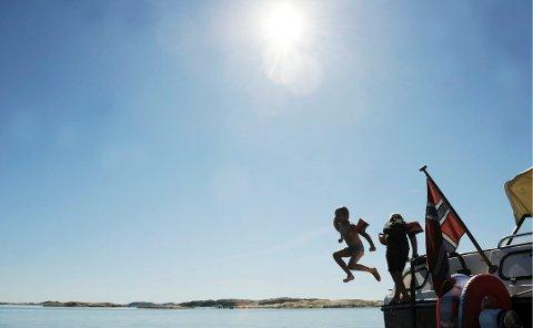 AVKJØLING: Noen vil kanskje la seg friste av et forfriskende bad i sommervarmen. Langs kysten i Sandefjord er badetemperaturene nå rundt 16-17 grader.