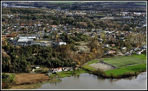 Moa:  På Moa (ned til høyre på bildet) har vært utlkjempet mange harde fotballslag. Øverst til venstre ser en Greåker videregående skole, en av Sarpsborgs viktigste skoler.