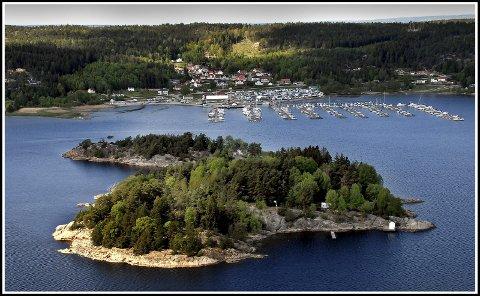 Mot ullerøy: Bildet av Kjerringholmen er tatt i retning Ullerøy  og Skjebergkilens  Marina. Vi ser også det relativt nye boligområdet Falla.