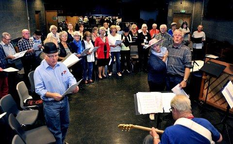 KLARE: Dirigent Julius Harildstad og de andre i Senior Scena 5-56 vil servere sang under eldrefesten Varteig Lions førstkommende lørdag.