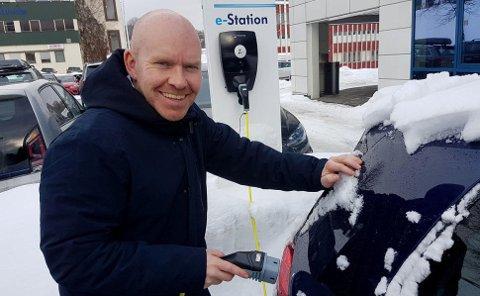 Ståle Frydenlund i Norsk Elbilforening avdvarer mot å lade bilen fra en vanlig stikkontakt. Her er han ved en såkalt Type 2-ladestasjon.