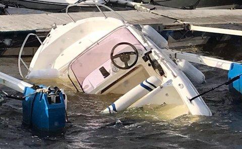 En båt gikk ned i Revebukta søndag.