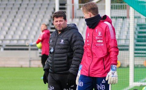 KEEPERTRENER: Erik Holtan (t.v.) jobber med å utvikle Simen Vidtun Nilsen og de øvrige keeperne i Sarpsborg 08.