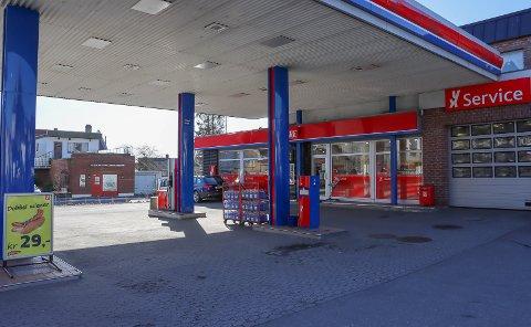 Den sinte mannen slo til en ansatt inne på bensinstasjonen i sentrum før han stakk fra stedet.