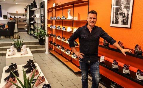 SKOBUTIKK I GÅGATA: Vegard Seglsten er ny driver av City Sko i gågata i Sarpsborg. Torsdag åpnes dørene.