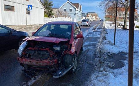 En av bilene fikk betydelig skader i fronten.