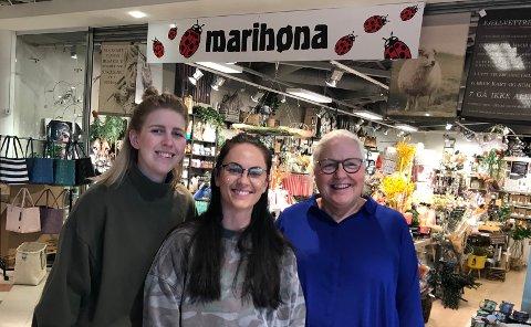 VOKSER VIDERE: Gründer Sylvi Carlsson (t.h.)  sammen med Helene Simensen (t.v.)  og  Ida Haugen, som også er på eiersiden i Marihøna Interiør.