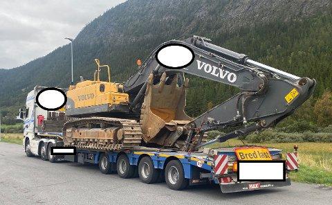 Ved en trafikkontroll i Alvdal fikk denne spesialtransporten  151.700 kroner i bot, da den hadde 15.200 kg overlast på semitraileren.