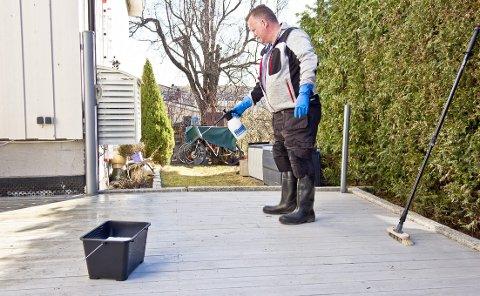 Lett regn eller skygge er de beste forholdene for terrassevask. Velg et rengjøringsmiddel som er beregnet for vedlikeholdsvask. Det skummer lite og er enkelt å skylle vekk.