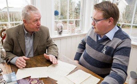 GAMLE BREV: Forfatter Espen Holm (62) fra Kolbotn tok forleden turen til Chris tian Granli (29) i Trøgstad og fikk en lang samtale om hva som ledet fram til drapene ved Skrikerudtjern i oktober 1942. På bordet foran seg har de gamle brev fra krigens dager.