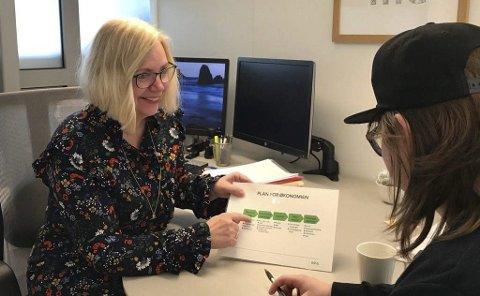 Rådgiversamtaler: Kunderådgiver Ann Kristin Skjolden i samtale med attenåring om personlig økonomi. Foto: Askim & Spydeberg sparebank