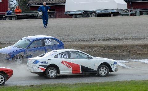 FEIL PASSERING: Det kom opp gulflagg i finalen etter at Erik Weberg (15) hadde kjørt ut. Oscar Solberg (105) hadde ikke fått med seg dette og kjørte forbi en fører samme sted. Det endte med disk og han endte sist i A-finalen.