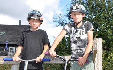 SPARKESYKKELFRELSTE: Flynn Antony Gullhaug Holton (t.v.) og Lars Hjalmar Gjerstad Aase (t.h.) er ivrige brukere av skateanlegget ved Vestgård skole.