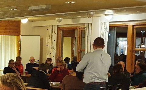 ALVOR: Ordførar Trygve Skjerdal (ryggen til) leia samlinga på rådhuset i Aurland, og gav ordet til Steve Elgåen, far til sakna Christoffer.