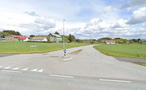 Krysset Nordre Hogstadveg og Tanangervegen. Kommunen vil nå sette opp flere skilt som skal vise at fartsgrensen er 40 kilometer i timen. I dag er det verken skilt, eller en fastsatt fartsgrense.