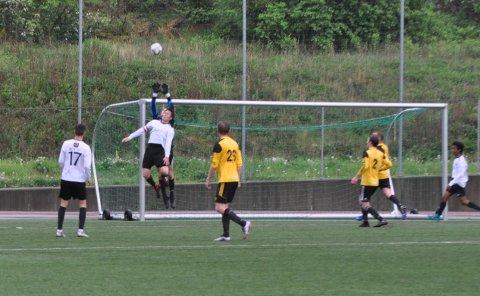 RETT I MÅL: Harald Andresen forstyrra Suldal sin keeper nok til at frisparket frå broren, Jon Viggo Andresen, gjekk rett i mål frå 40 meters hald.