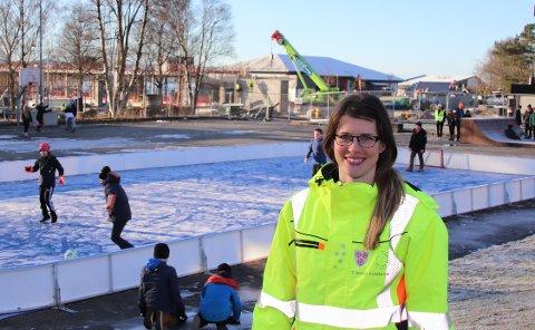 HER: Kunstisbanen skal ligge i skolegården mellom Nye Fjelltun skole og Jørpeland ungdomsskole. Svanhild Alsvik Fjelde, som er prosjektingeniør i Strand kommune, er glad for 1 million kroner ekstra støtte til banen. I dag ligger det en liten bandybane på området hvor isbanen er tenkt plassert.