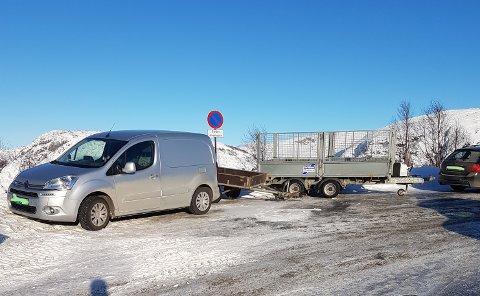 INGEN PLASS Å SNU: Det er skilta med «parkering forbode» og understreka at det er ein snuplass, men plassen blir likevel brukt til parkering. Det skapar vanskar for brøytebilen i Lyngsheia.