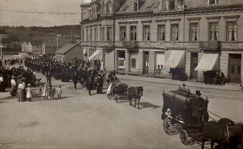 Postkortet viser et bilde fra Andreas Grindbergs begravelse 12. august i 1911