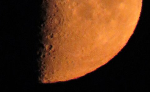 MÅNEN: Fantastisk flott og rødaktig halvmåne rett før nedgang i går kveld. Til neste helg er det måneformørkelse.