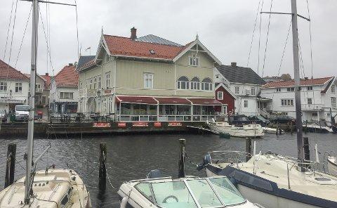 MISTET BEVILLINGEN: Kinarestauranten som ligger ved havnebassenget i Brevik har ikke lenger serverings- eller skjenkebevilling, melder kommunen.