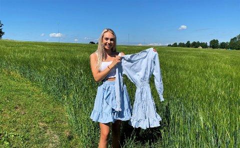SYR SELV: Tuva Borgersen (19) startet å sy egne klær. Her har hun på seg selvsydd antrekk, og en nylig ferdig kjole.