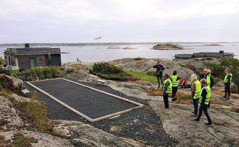 ULOVLIG: Politikerne besøkte Jesper onsdag ettermiddag. Dette byggetiltaket i strandsonen er gjort uten søknad.