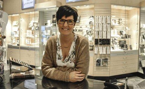 ÅPENT SOM VANLIG: Franchisetaker Ann Kristin Haagensen ved Gullfunn på Tuvensenteret har fått mange spørsmål om konkursen de siste dagene.