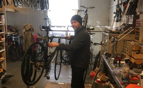 MÅ BIDRA: - En smittefri og gratis henting og bring av sykler som trenger en hjelpende hånd, kan kanskje få noen i aktivitet, mener Notoddens svar på Reodor Felgen, Hennning Halvorsen.