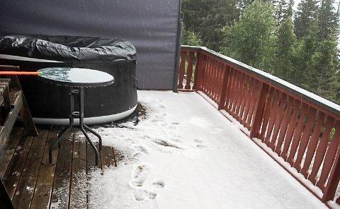 TUDDAL: Verandaen på hytta til Jørn Christensen var full av hagl og snø på fredag ettermiddag. En stund før han tok bildet målte han fire cm.