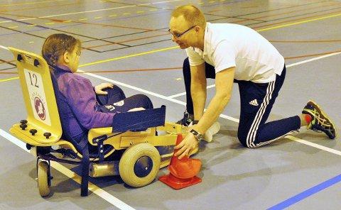 Jim Nymoen ga råd og tips til spillerne som prøvde el-innebandy i Eidehallen sist helg.