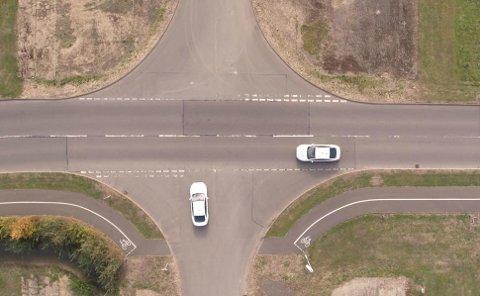 Daglig skjer det mange ulykker i lysregulerte kryss, på grunn av full stans. Det blir også langt mindre flyt i trafikken når mange må stoppe og vente her.