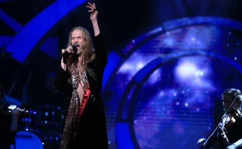 Øivind Elgenes sang «Ambitions» av «Donkeyboy» da Århundrets stemme valgte låter fra 2000-tallet, her fra en tidligere sending.