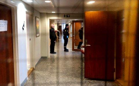 Natt til 5. mai var det innbrudd i Kristiansund rådhus. Her leter politiet etter spor i rådhuset. (Leserfoto)