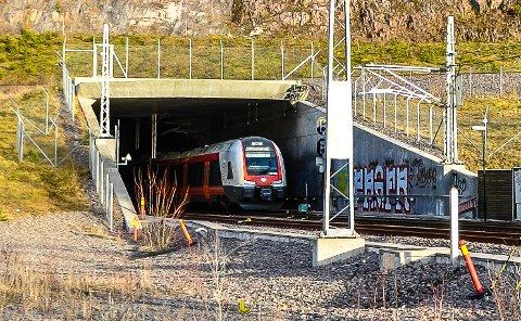 LANG TID: Togpendlere raser mot Bane Nors to uker lange stenging av Lieråstunnelen øst for Drammen, og mener oppgraderingsarbeidet kunne vært løst annerledes. I to uker fra fredag må pendlere og andre togpassasjerer enten ta direktebuss mellom Tønsberg og Oslo, eller mellom Drammen og Oslo. Bildet er fra Frodeåstunnelen.