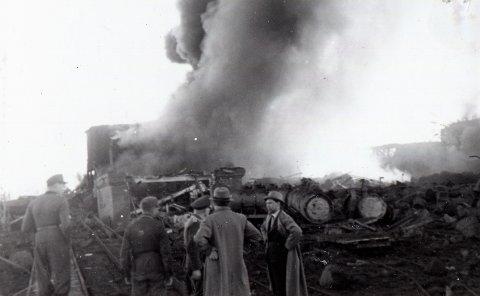 STORE ØDELEGGELSER: Et bilde tatt like etter bombingen av Vallø oljeraffineri. Bygningen i brann er transformatoroljetapperi ved bryggen.