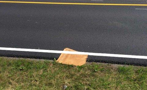 MERKING: En plate ble med ett del av veibanen på Smidsrødveien på Nøtterøy da veimerkingsoperatøren kjørte over den.