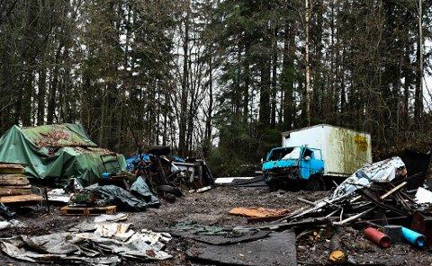 ER I GANG: Inntill nylig sto det ti lastebiler her. Vidar Andersen ber om å få rydde i sitt tempo.