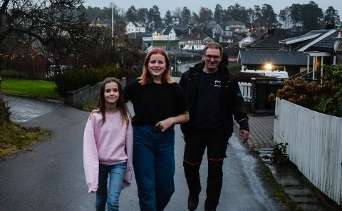 GLAD FOR STENGING: Eirik Pettersen, datteren Siri Pettersen og venninnen Helene Berg Larsen (til venstre) er fornøyd med å få en tryggere vei.