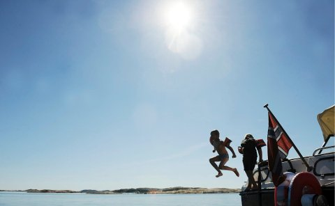 AVKJØLING: Noen vil kanskje la seg friste av et forfriskende bad i sommervarmen. Langs kysten i Vestfold er badetemperaturen nå cirka 16 grader, ifølge Meteorologisk institutt.
