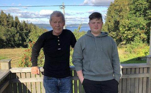 VENTER: Farfar Henning Olsen (78) har reist fra Sørøya i Finnmark for å kunne være tilstede under 14-årige Oliver Aas Olsens konfirmasjon i Heggstad kirke på lørdag. Familien venter fortsatt på svaret på koronatesten og vet ikke ennå om de kan gjennomføre feiringen som planlagt.