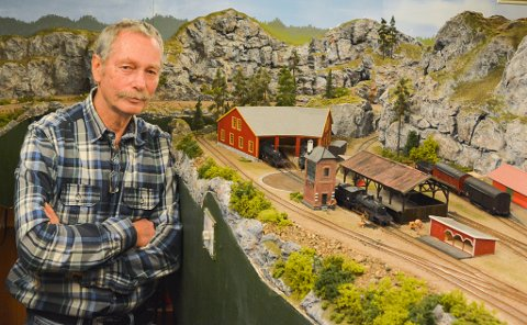 Sjuskogbanen: Steinar Jeppestøl husker ikke nøyaktig når han begynte å bygge modelljernbanen, men han var ikke tvil om hva hobbyrommet skulle brukes til, da han og kona kjøpte huset i 1975. Utallige timer er tilbragt her.